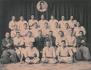明治34年2月、有段者卒業生送別記念写真、(2列目中央袴姿は、師範の飯塚国三郎先生)