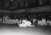 昭和29年11月28日、旧講道館、第6回早慶柔道対抗戦初優勝。大将戦で熊切昭男選手が早稲田石井選手に小内刈りで技ありを取り、そのまま押さえんとするも、時間切れで優勢勝ち。