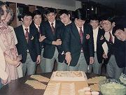アメリカ遠征、高校で女子高校生にバースデーケーキを贈られる近藤啓一郎先輩
