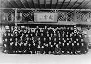 三田道場にて扁額「武勇」を中心とした集合写真(袴の学生多数)、(大正期?)