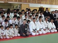 平成20年10月21日、第11回綱町柔道祭にて小川直也先生を招いて体落とし講習会を実施