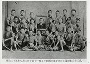 明治25年7月2日、旧関口流を学びし柔術生22名、和田義郎先生の尊影を掲げる