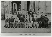 明治28年、福澤先生と柔道部員