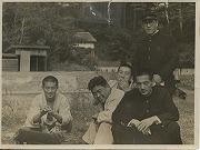 昭和16年11月、早慶対抗戦合宿の合間、芋焼の記念に。帽子は横井先輩、右から石渡先輩、奥住先輩、羽鳥先輩(日吉にて)