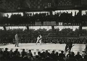 昭和36年、全日本柔道選手権大会に植村剛太郎先輩(昭和38年卒)出場、左大内刈りで相手の甲斐5段を攻める。(東京体育会にて)