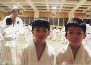 平成12年1月16日朝、綱町道場での寒稽古風景、OBが幼稚舎生に帯の結び方を指導