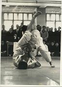 昭和47年、東京学生柔道優勝大会軽中量級73kg級で山田公平先輩(昭和48年卒)が準優勝。決勝戦で山田先輩が東海大五反田選手に対して、下から三角絞めをしかける。