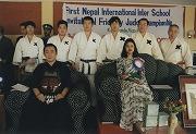 平成11年3月25日、第1回ネパール国際学生親善柔道大会、塾柔道部員と剣道の演舞のため参加された橋本龍太郎元首相とスルティ王女との記念写真。西森千景選手(平成13年卒)優勝