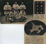 昭和27年11月23日、講道館創立70周年記念全日本年齢別柔道選手権大会A組(20歳未満)にて熊切昭男先輩(前列右:昭和30年卒)が優勝。