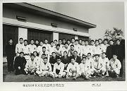 昭和40年10月17日、第17回早慶対抗柔道戦当日の朝、築2年の合宿所前での記念撮影