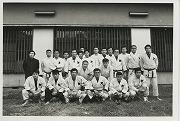昭和49年10月10日朝、日吉合宿所の前で、早慶対抗柔道戦出陣