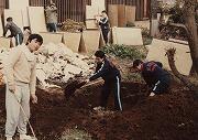 昭和53年11月23日、合宿所の大掃除風景、下級生がごみを燃やす為の大きな穴を掘っているところ、顔が見えなくなるまで掘り進む