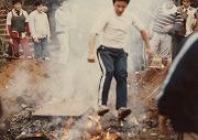 昭和53年11月23日、合宿所の大掃除風景、下級生が燃えるごみの上を飛び越える